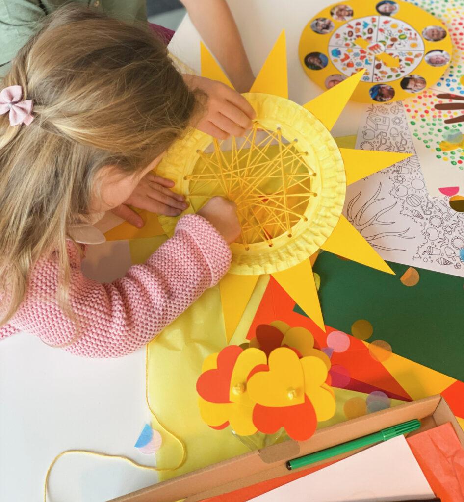 Mit den einfachen Anleitungen zur Jahreszeitenbox von Kidsclub&Co können Kinder sich ohne Hilfe von Erwachsenen alleine beschäftigen.